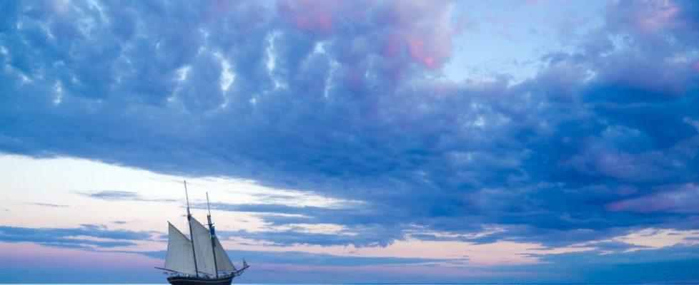 Segelschiff vor stimmungsvollem Himmel